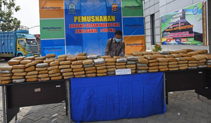 Petugas Badan Narkotika Nasional (BNN) Provinsi Banten menata ratusan paket ganja kering