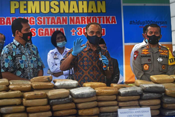 Kepala Badan Narkotika Nasional (BNN) Heru Winarko (kedua kanan) didampingi Kapolda Banten Irjen Pol Fiandar (kanan) dan Kepala BNNP Banten Hendri Marpaung (kiri) memperlihatkan ratusan paket ganja kering (ANTARA FOTO/Asep Fathulrahman)