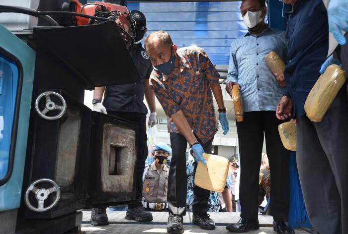 Kepala Badan Narkotika Nasional (BNN) Heru Winarko (kedua kiri) memasukan paket ganja kering ke dalam mesin incenerator