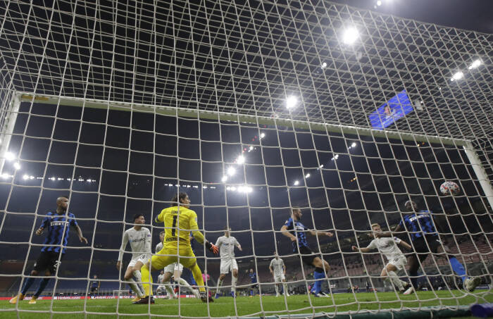 Pemain Inter Milan Romelu Lukaku mencetak gol kedua mereka