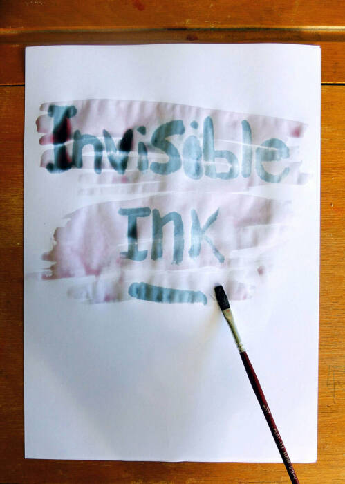 Ilustrasi menulis dengan tinta tak terlihat (invizible ink)