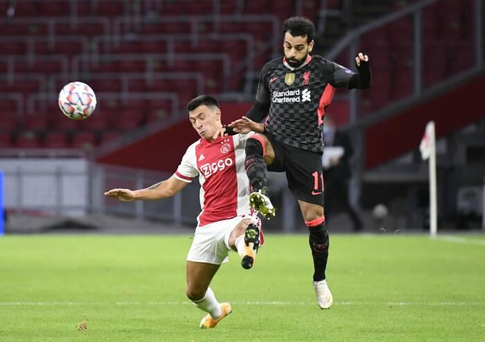 Lisandro Martinez dari Ajax beraksi dengan Mohamed Salah dari Liverpool
