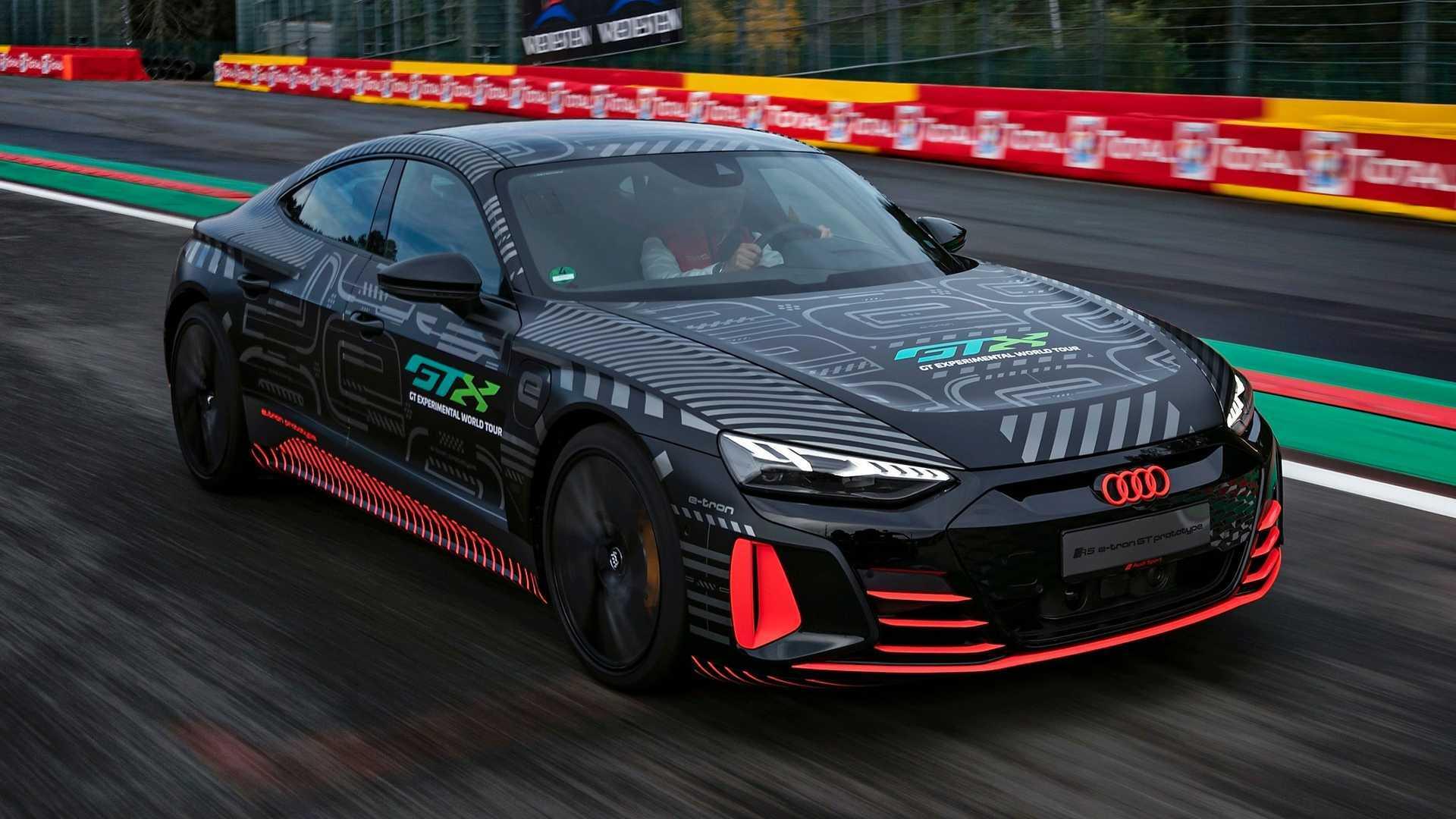 Tampilan depan dari mobil Audi RS E-Tron GT di sirkuit Spa-Francorchamps