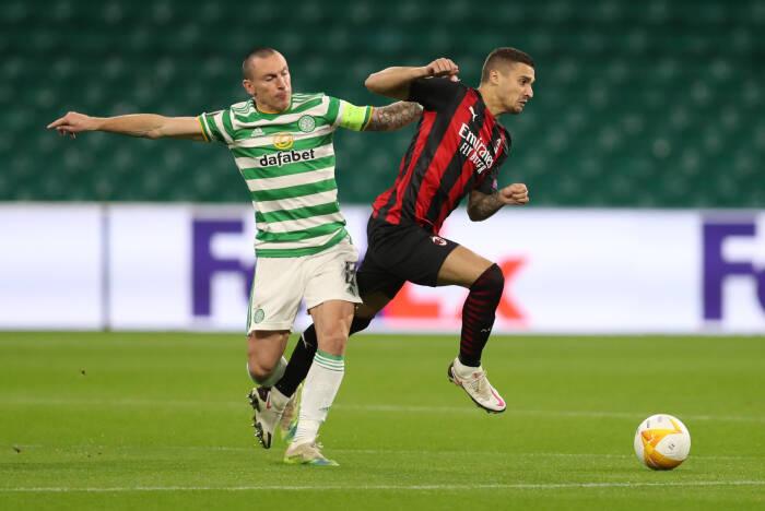 AC Milan Rade Krunic beraksi dengan Celtic Scott Brown