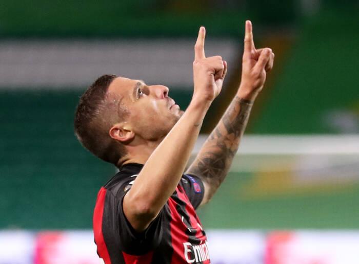 Rade Krunic dari AC Milan merayakan mencetak gol pertama mereka