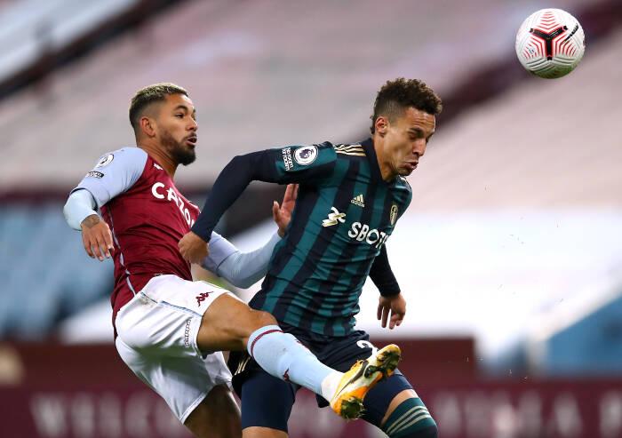 Aston Villa Douglas Luiz beraksi bersama Leeds United Rodrigo