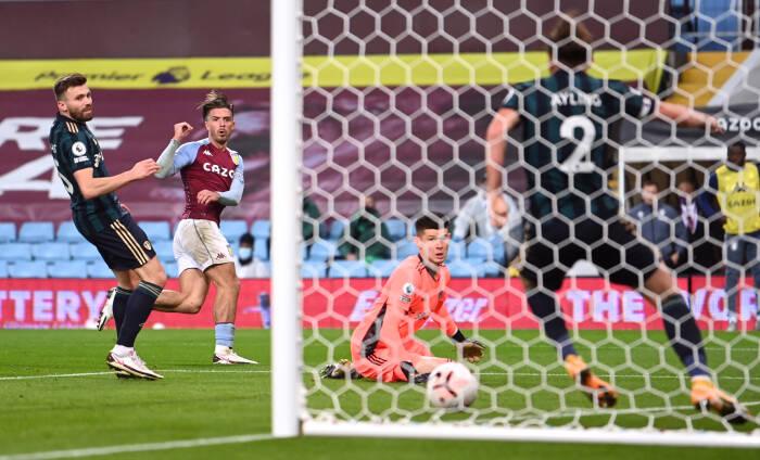 Leeds United Luke Ayling meyingkirkan bola dari tembakan Aston Villa Jack Grealish