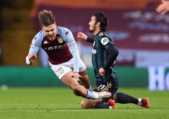 Pascal Struijk dari Leeds United melanggar Jack Grealish dari Aston Villa