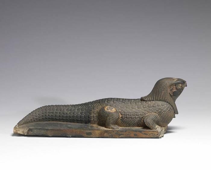 Patung Sobek dengan kepala elang.