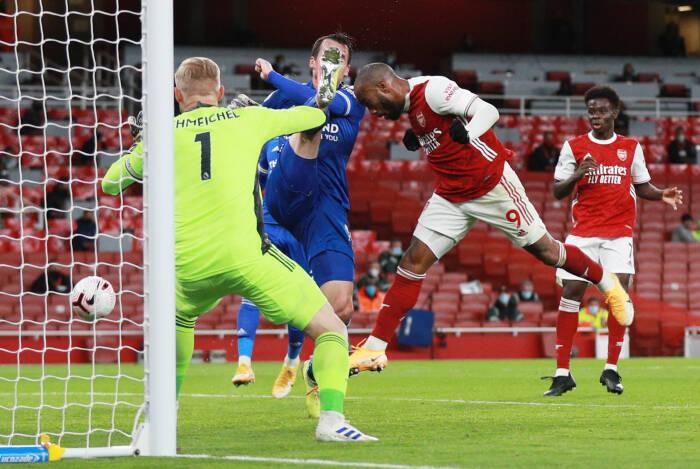Alexandre Lacazette dari Arsenal menyundul ke gawang