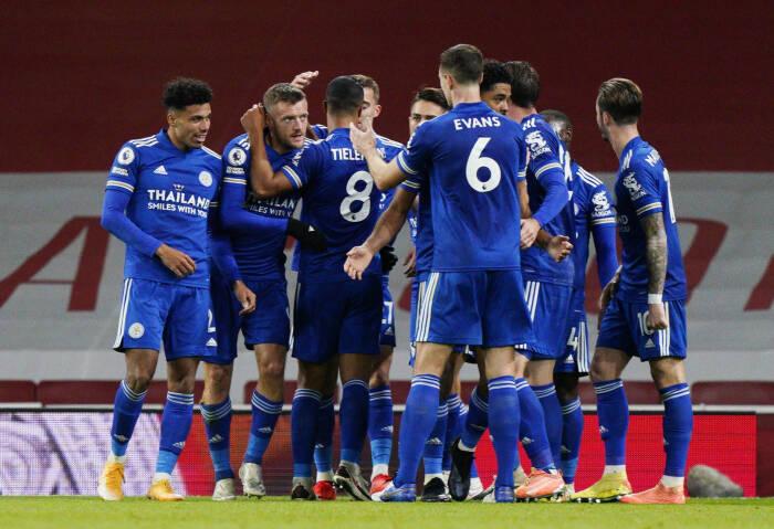 Pemain Leicester City Jamie Vardy merayakan mencetak gol pertama mereka dengan rekan satu tim