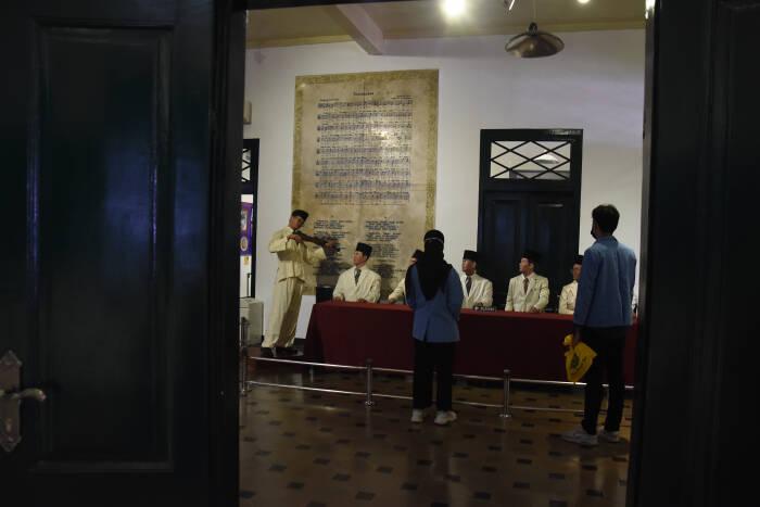 Mahasiswa mengunjungi Museum Sumpah Pemuda, di Jalan Kramat Raya No. 106, Jakarta, Selasa (27/10/2020).
