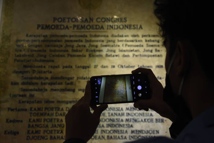 Mahasiswa mengunjungi Museum Sumpah Pemuda, di Jalan Kramat Raya No. 106, Jakarta