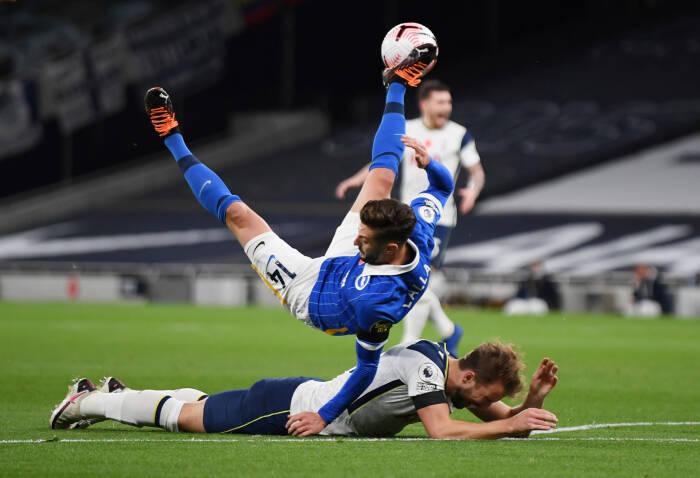 Pemain Brighton & Hove Albion Adam Lallana mengakui penalti melawan Harry Kane dari Tottenham Hotspur