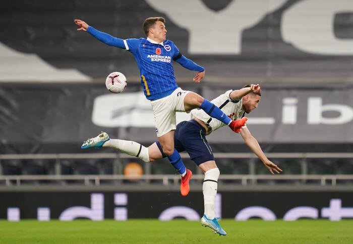 Matt Doherty dari Tottenham Hotspur beraksi dengan Solly March Brighton & Hove Albion