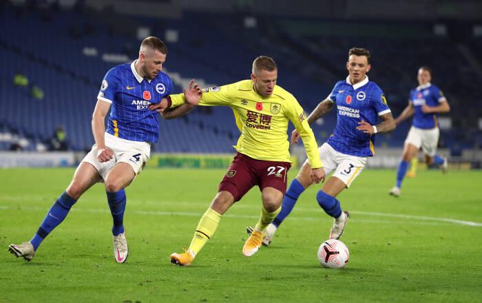 Matej Vydra dari Burnley beraksi dengan Adam Webster dari Brighton & Hove Albion