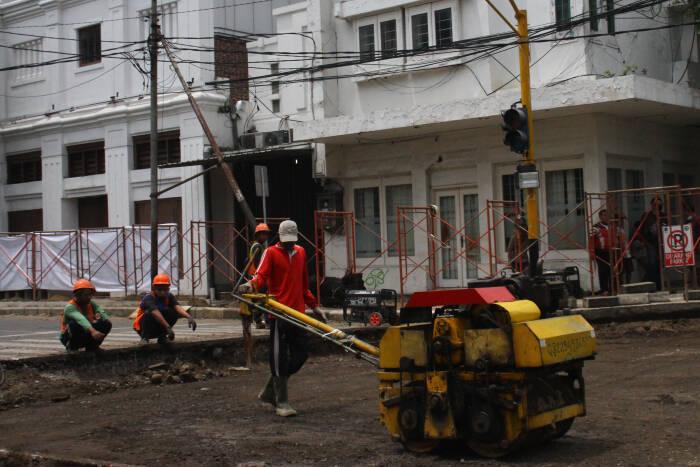Seorang pekerja mengerjakan proyek pembangunan kawasan wisata cagar budaya (heritage) di Kayutangan, Malang, Jawa Timur, Rabu (11/11/20).