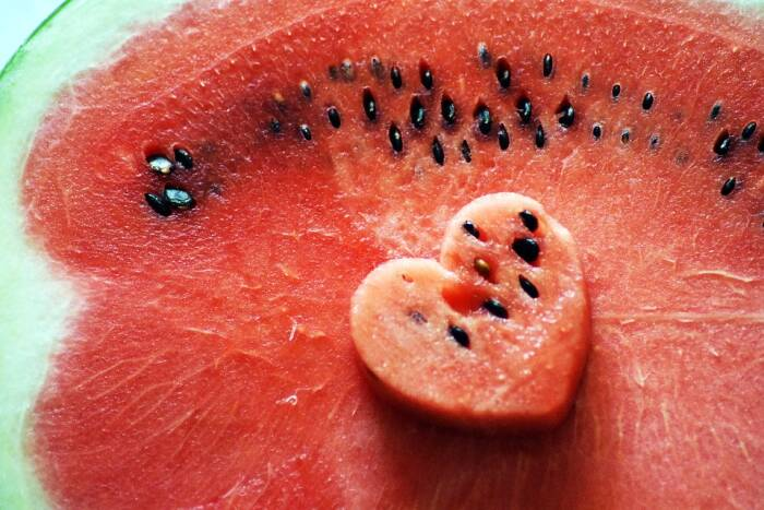 Buah semangka dan bijinya yang bisa dimakan.