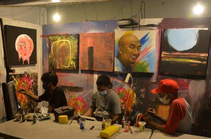 Sejumlah seniman membuat lukisan