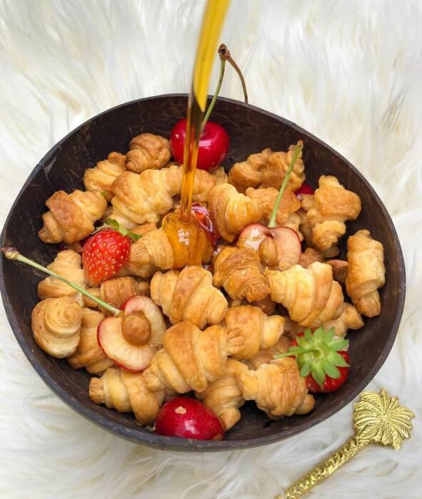 Ilustrasi sereal croissant dengan buah dan sirup maple