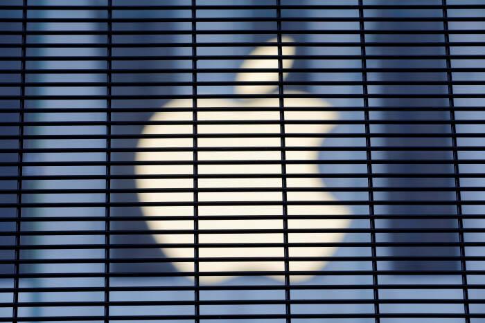 Logo perusahaan Apple terlihat dari sebuah pagar
