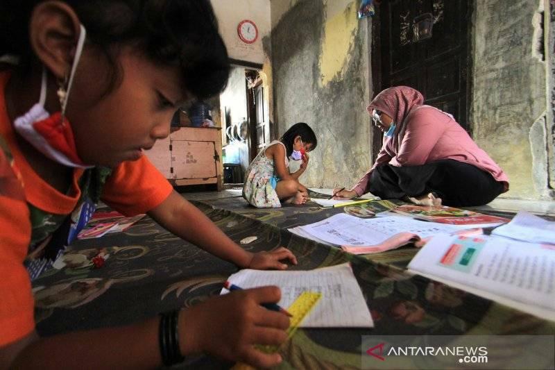Guru mendatangi rumah siswa-siswinya saat pandemi. (ANTARA)