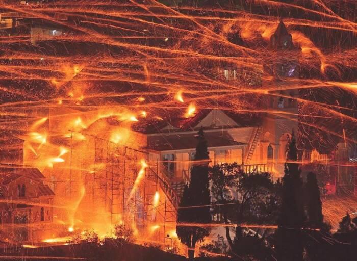 Firework Battle atau Rouketopolemos di Yunani.