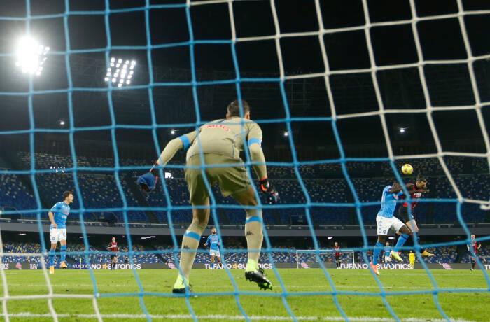 Zlatan Ibrahimovic dari AC Milan mencetak gol pertama mereka