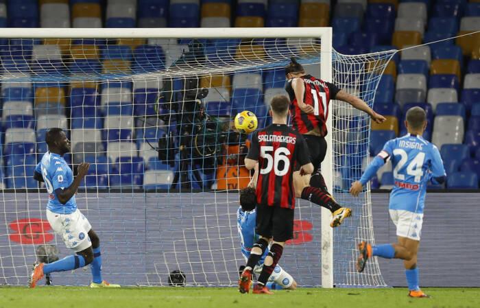 Zlatan Ibrahimovic dari AC Milan mencetak gol kedua mereka