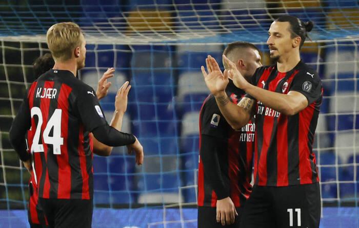 Zlatan Ibrahimovic dari AC Milan merayakan dengan mencetak gol kedua mereka