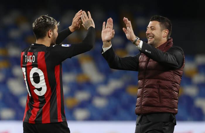 Theo Hernandez dari AC Milan merayakannya dengan asisten pelatih Daniele Bonera di akhir pertandingan
