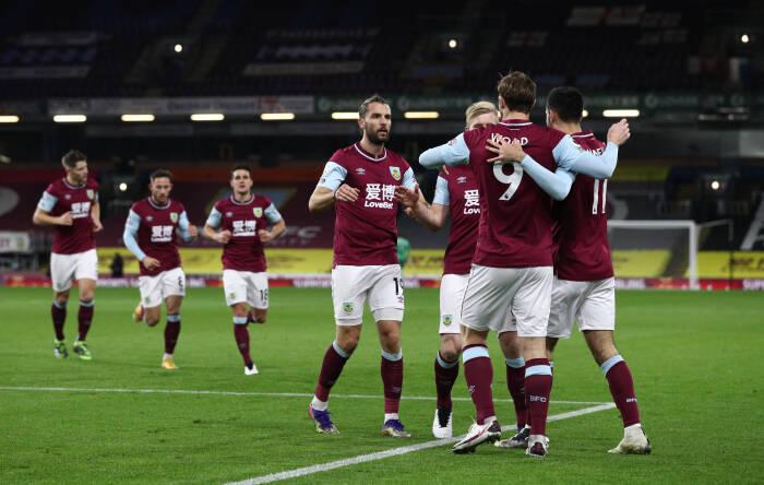 Chris Wood dari Burnley merayakan mencetak gol pertama mereka dengan rekan satu tim