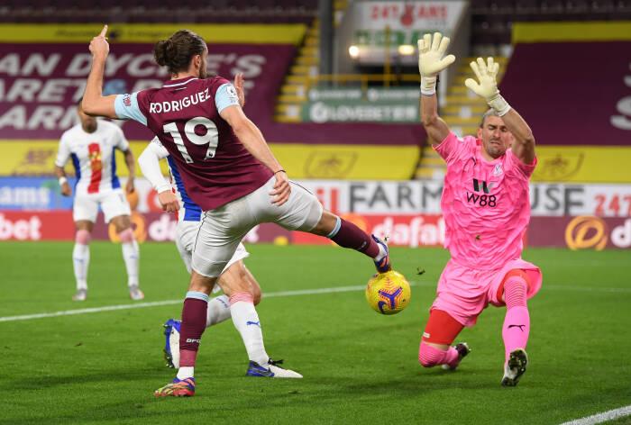 Jay Rodriguez dari Burnley beraksi dengan Vicente Guaita dari Crystal Palace