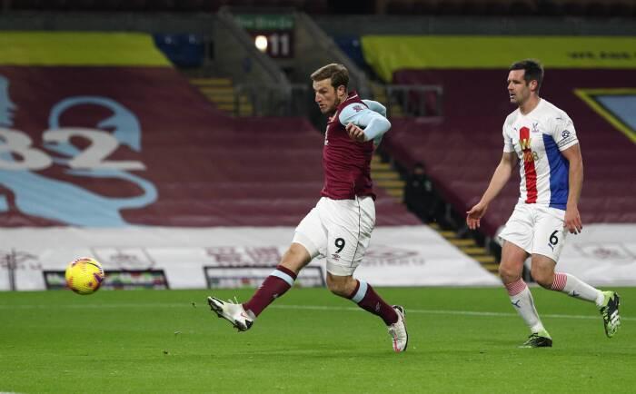 Chris Wood dari Burnley mencetak gol pertama mereka