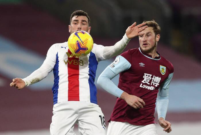 Chris Wood dari Burnley beraksi dengan James McArthur dari Crystal Palace