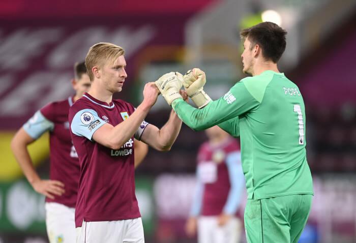 Ben Mee dan Nick Pope dari Burnley merayakan setelah pertandingan