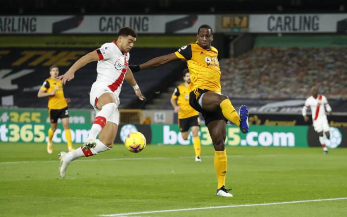 Che Adams dari Southampton beraksi dengan Willy Boly dari Wolverhampton Wanderers