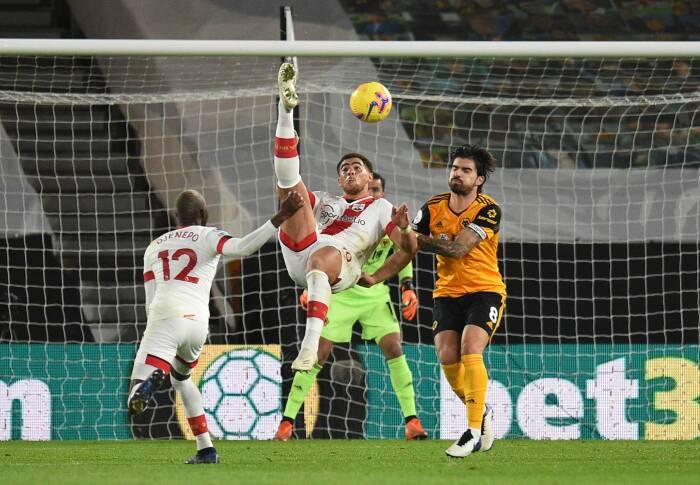 Southampton Che Adams melakukan tembakan ke gawang dengan tendangan salto