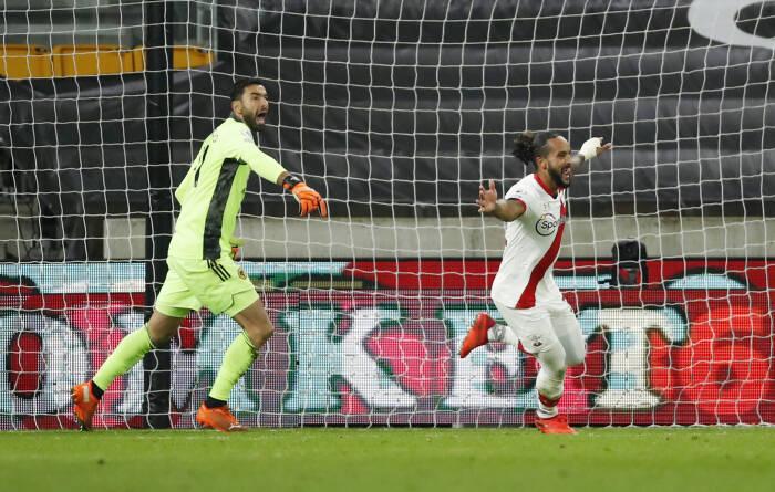 Theo Walcott dari Southampton merayakan mencetak gol pertama mereka