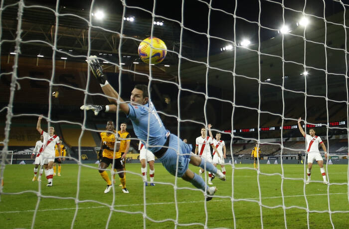Raul Jimenez dari Wolverhampton Wanderers mencetak gol yang kemudian dianulir