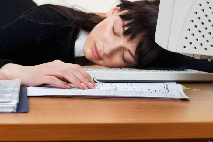 Ilustrasi tidur di tempat kerja.