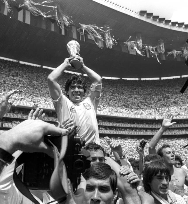 Trofi Piala Dunia Argentina yang dipegang oleh Diego Maradona (REUTERS/Gary Hershorn)