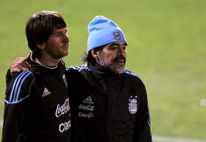 Lionel Messi dan Maradona (REUTERS/Enrique Marcarian)