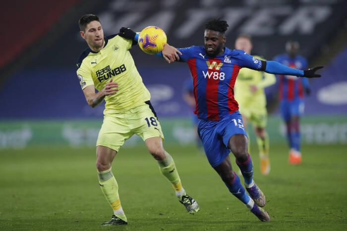 Jeffrey Schlupp dari Crystal Palace beraksi dengan Federico Fernandez dari Newcastle United