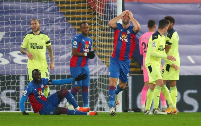 Gary Cahill dari Crystal Palace bereaksi