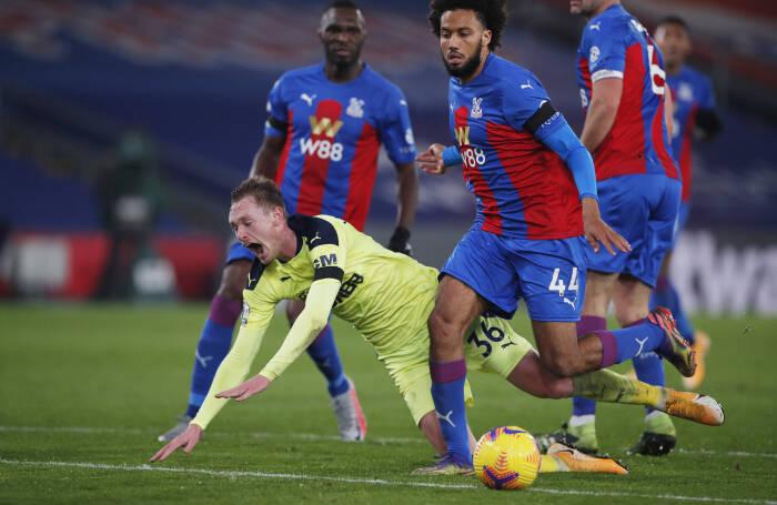 Sean Longstaff dari Newcastle United beraksi dengan Jairo Riedewald dari Crystal Palace