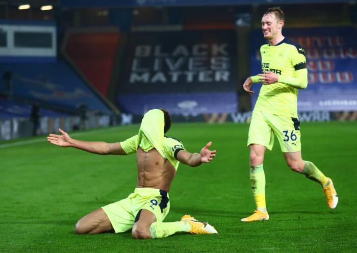 Joelinton dari Newcastle United merayakan mencetak gol kedua mereka