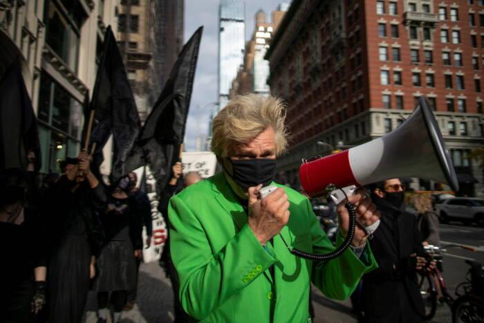 """Seniman anti-belanja yang bernama Pendeta Billy Talen dari Gereja Stop Shopping berpartisipasi dalam protes yang disebut """"Make Amazon Pay"""""""