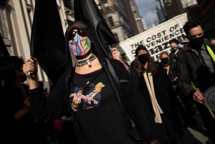 Orang-orang ikut serta dalam protes yang disebut Make Amazon Pay