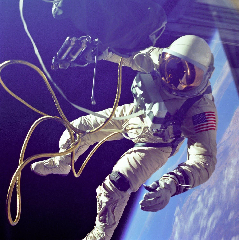 Mengapa pakaian astronot berwarna putih
